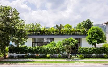 Mê mẩn với ngôi nhà có vườn trên mái rộng gần 500m² giữa lòng phố biển Nha Trang