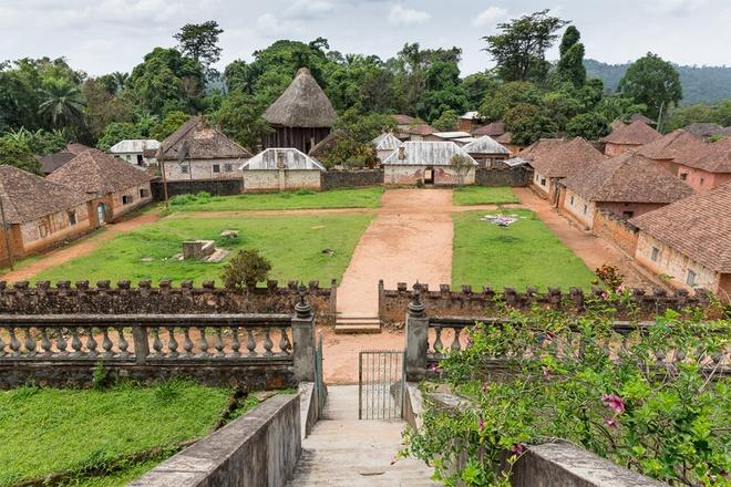 Ngắm dinh thự 50 căn nhà lợp mái ngói của vị vua 100 vợ