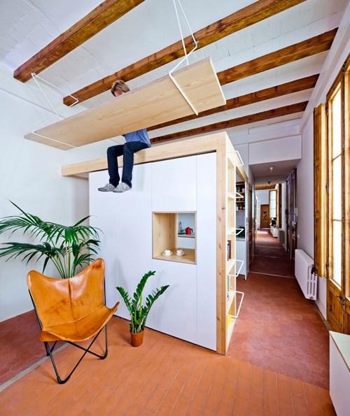 Hứng thú với căn hộ độc đáo có bàn làm việc treo trên trần nhà