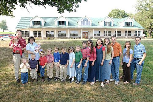 Học bí quyết sắp xếp đồ đạc luôn gọn gàng của gia đình có 19 người con