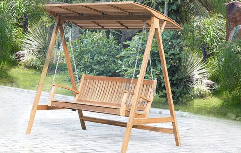 Ghế xích đu nhập khẩu có mái che thích hợp với không gian sân vườn