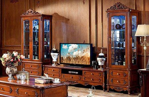 So sánh kệ tivi phòng khách bằng gỗ tự nhiên và gỗ công nghiệp