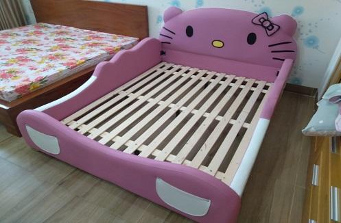 Hoàn thiện giường bọc da cho bé gái hình Hello Kitty tại nhà anh Châu