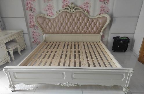 Hoàn thiện giường ngủ cao cấp và bộ bàn ghế trang điểm tại nhà chị Hân